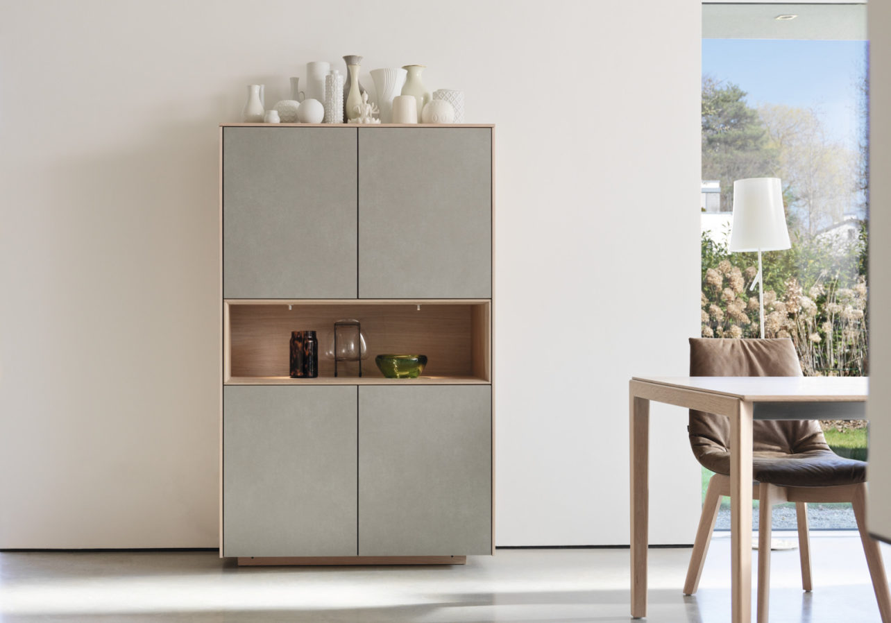Highboard Filigno von Team7 in Eiche weiß, Fronten in Keramik, Optik 'cement'